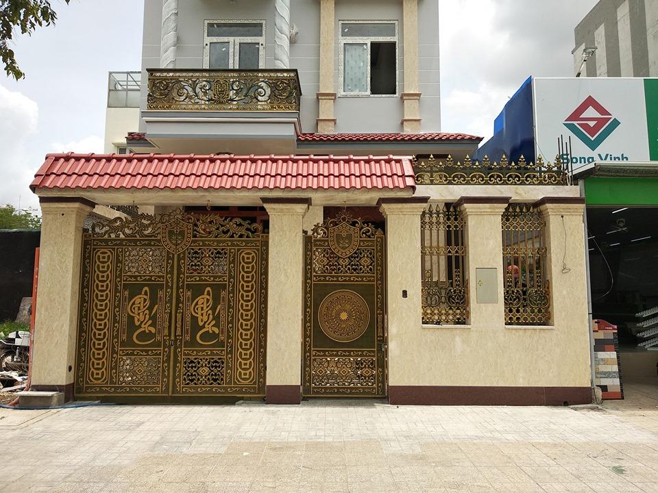 Lắp đặt cổng nhôm đúc Mạnh Quân Phát cho khách hàng quận 2 TPHCM