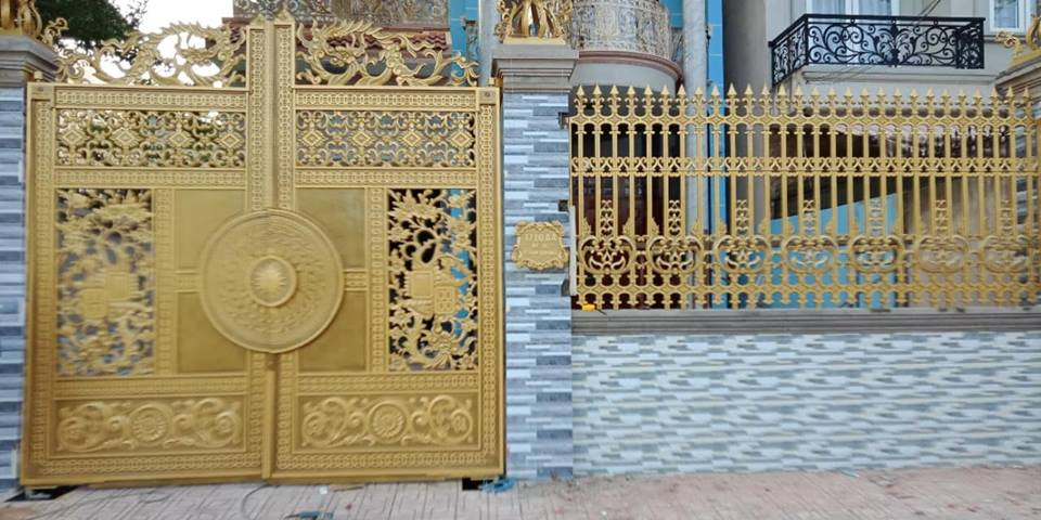 Trống đồng kết hợp với bông mai trên cổng biệt thự được hiểu như thế nào